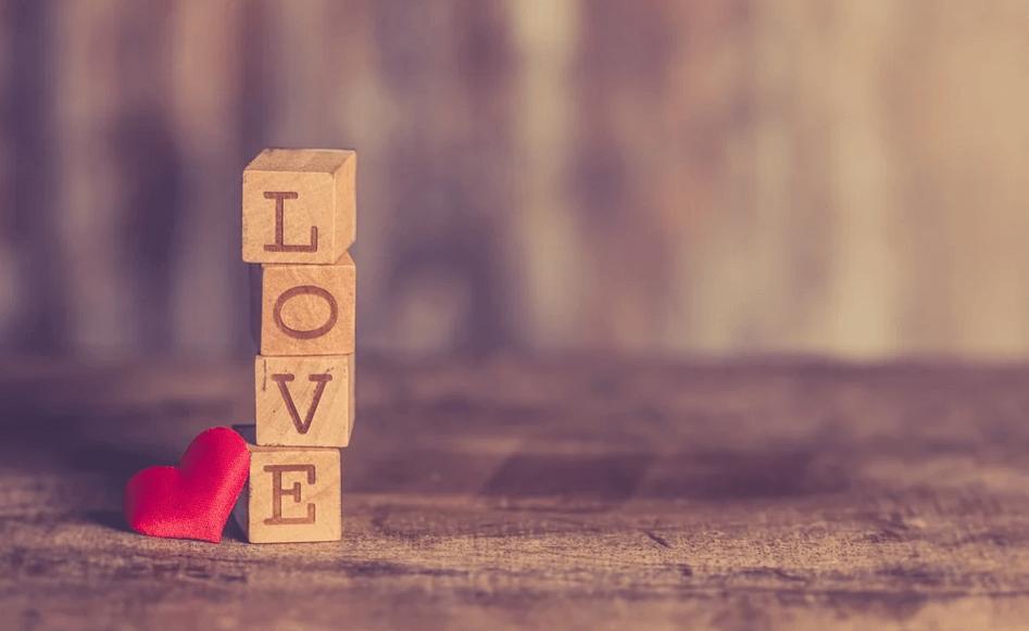 На фото изображено слово LOVE выложенное кубиками.