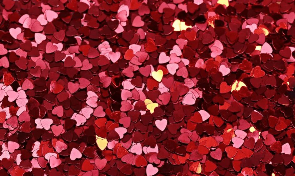 На фото изображены маленькие красные сердца.