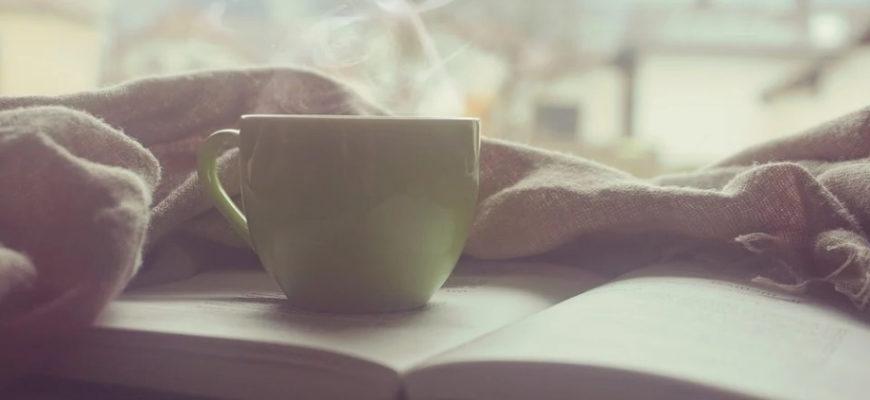 Чашка на книге в постели. Где взять красивые статусы с добрым утром в картинках.