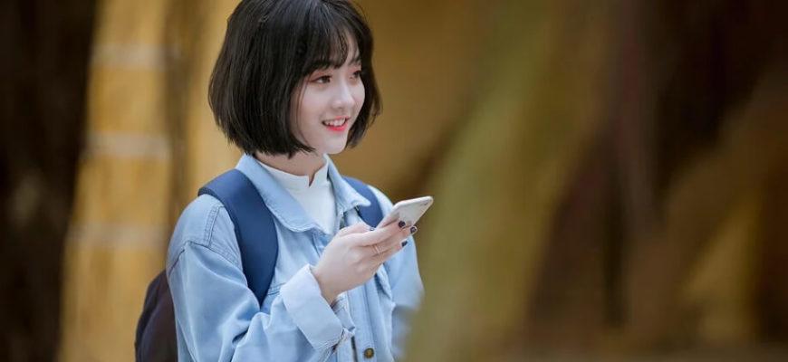 Девушка с телефоном. Где найти статусы на китайском языке.