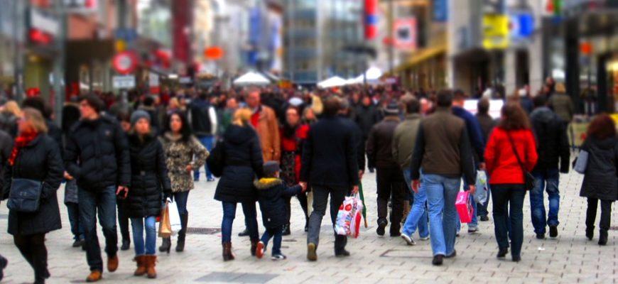 Толпа людей. Где найти глубокомысленные статусы о людях.
