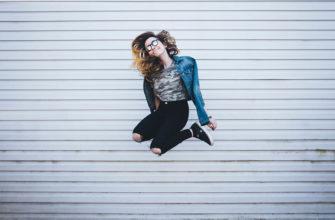 Девушка в прыжке. Позитивные статусы ВКонтакте для поднятия настроения.