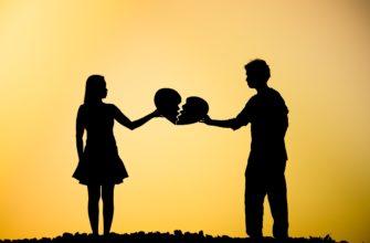 Парень и девушка держат разбитое сердце. Где найти статусы о бывших девушках.