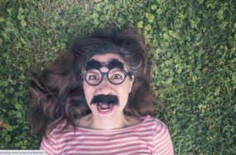 Девушка в смешной маске. Где найти позитивные статусы в картинках.