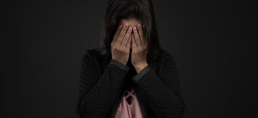 Девушка закрыла лицо руками. Где найти статус о предательстве друзей.