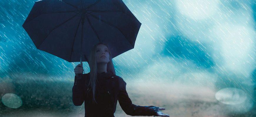 Девушка под зонтом. Какие есть статусы про дождь.