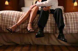 Мужчина и женщина на кровати. Где найти статусы про измену жены.
