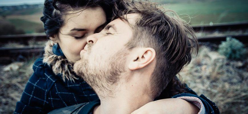 Парень целует девушку. Каким статусами про ожидание встречи с любимым поделиться.