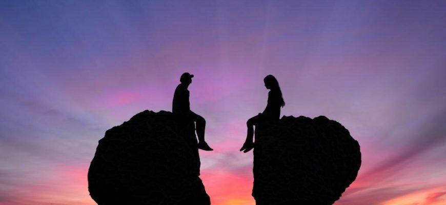 Парень и девушка сидят на разных половинах сердца. Где найти статусы про расстояние между любимыми.