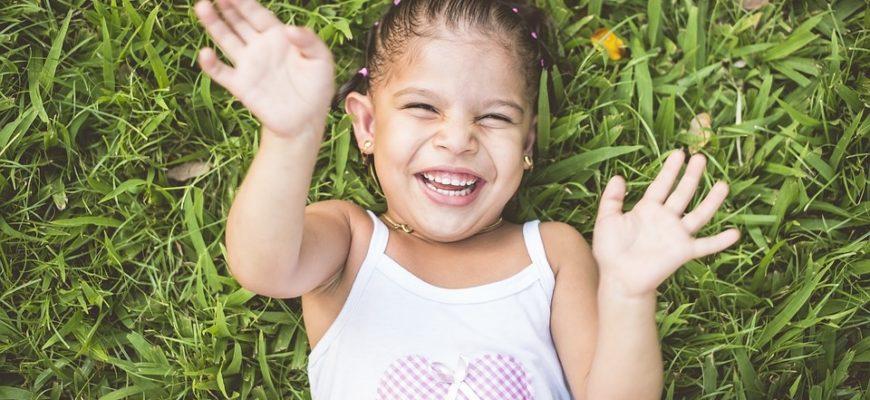 Счастливая девочка. Какие есть статусы с пожеланиями хорошего дня и настроения.