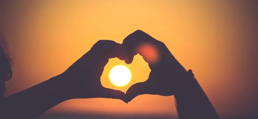 Руки сердцем и солнце. Какие есть статусы про солнце.