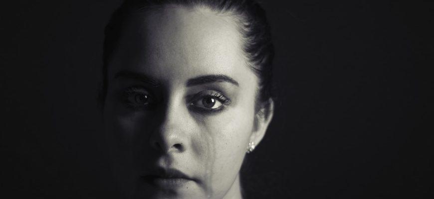 Женщина плачет. Как поделиться статусами о неблагодарных людях.