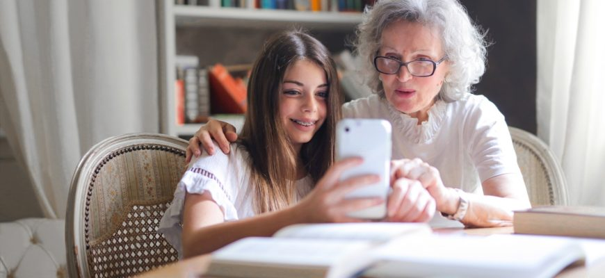 Бабушка и внучка. Какой статус посвятить бабушке