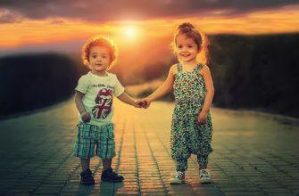 Девочка и мальчик держатся за руки. Где найти статусы про сына и дочку