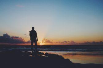 Человек смотрит на закат. Где найти классные статусы с глубоким смыслом
