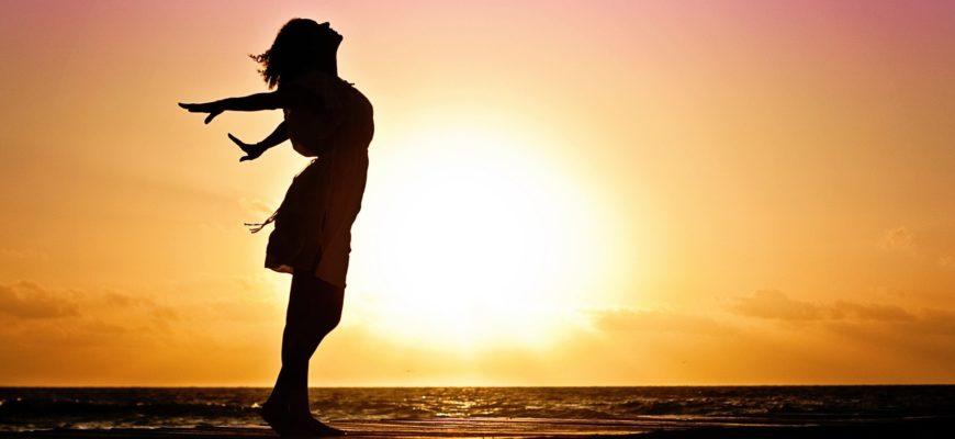 Девушка на фоне заката. Какой выбрать статус про свободу