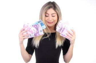 Девушка с деньгами. Какие есть статусы про жадность и скупость