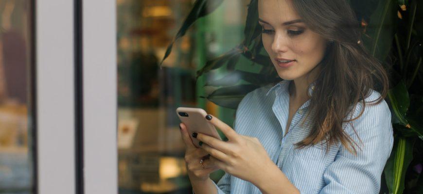 Девушка пользуется телефоном. Какие статусы самые красивые в мире