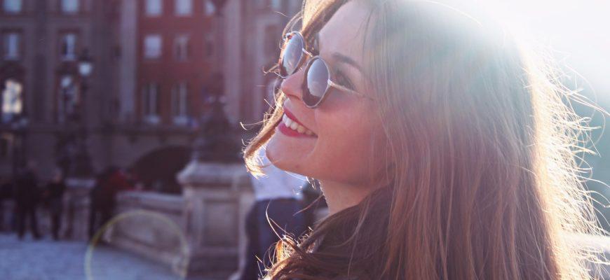 Девушка в очках. Где найти остроумные статусы про жизнь