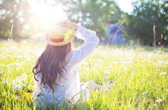 Девушка в траве. Какой поставить статус про жизнь в стихах