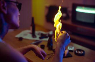 Мужчина держит горящую фотографию. Где найти статусы про месть