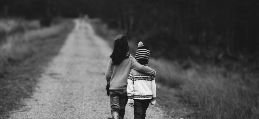 Дети на дороге. Какие есть красивые статусы про черно-белое фото.