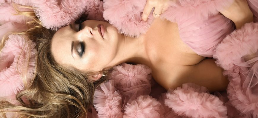 Девушка в розовом шифоне. Какие есть статусы про нежность.