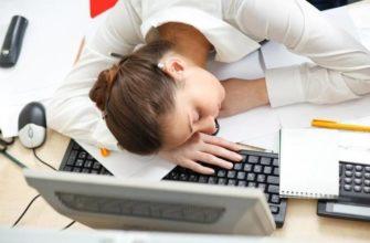Спит возле ноутбука. Где найти статусы про понедельник.