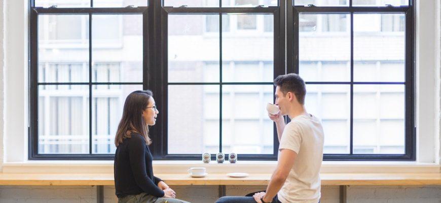 Пара за столиком. Где самые лучшие статусы мужчине для сайта знакомств.